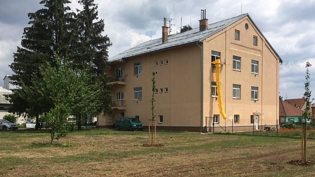 Nové stromy a květiny přibudou v parku ve vranovické Nádražní ulici. Okolí bytového domu, kterému místní přezdívali dům hrůzy, se promění v klidovou zónu.