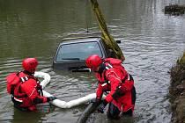 Hasiči vytahovali z ledové řeky staré auto značky Fiat.
