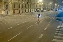 Opilí mladíci jezdili na koloběžce nočním Brnem. Řidič nadýchal téměř dvě promile.