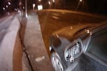 Vandalové poničili v noci na neděli devět aut v brněnském Komíně.