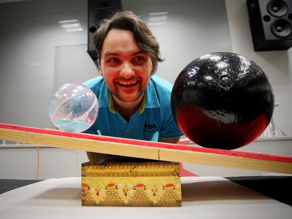 Nové představení, které spojuje vědu s cirkusovými prvky, si připravilo brněnské Vida science centrum. Jeho tématem je těžiště a balanc a poprvé ho lidé zhlédnou tuto sobotu.