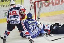 Hokejisté brněnské Komety v utkání s Pardubicemi - Hynek Zohorna dává gól na 2:1.