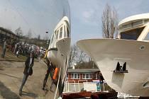 Dvoupalubové parníky Utrecht a Vídeň ve čtvrtek dorazily na Brněnskou přehradu. Na cestě z obce Hlavečník v Pardubickém kraji nenastaly podle mluvčí Dopravního podniku města Brna Lindy Škrancové žádné nečekané komplikace.