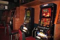 Celníci při zátahu zabavili 46 nelegálních výherních automatů