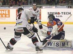 Vykročení do nové sezony jim vyšlo, ačkoli vstup do prvního utkání měli tragický. Hokejisté brněnské Techniky (v bílém) porazili v prvním kole druhé ligy skupiny Východ Drtiče z Hodonína 4:3, i když prohrávali hned v první minutě.