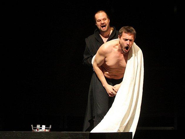 První kostýmová zkouška. Roli Krále ztvární Petr Štěpán, v Becketa se promění Petr Gazdík.
