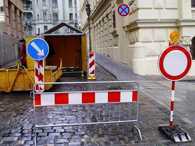 Podemletá silnice v ulici Biskupská.