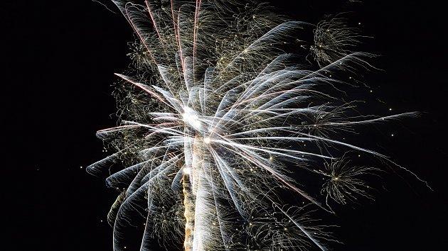 Náměstím Svobody svištěly petardy. Příchod nového roku slavilo přes tisíc lidí