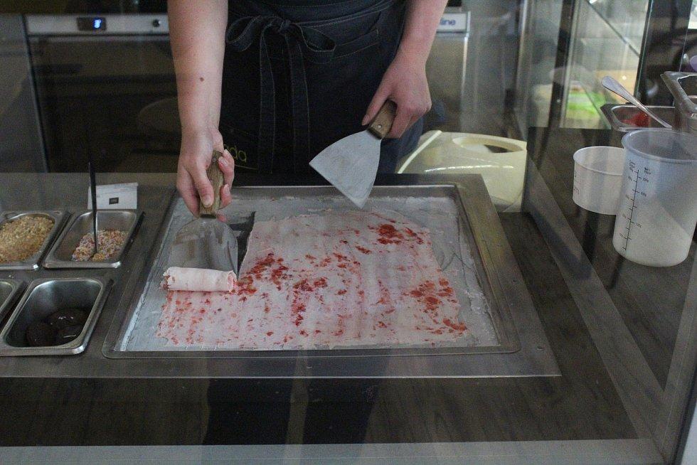 Výroba rolované zmrzliny v cukrárně Mada icecream na Kapucínském náměstí.