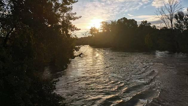 Páteční ráno na řece Dyji v Bulharech, kde je aktuálně vyhlášený druhý stupeň povodňové aktivity.