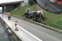 Na dálnici se převrátila cisterna s vodou