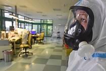 Zdravotníci v ochranných oblecích, ilustrační foto