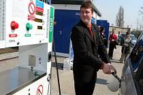 První zákazník tankuje do svého auta stlačený zemní plyn.