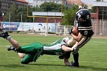 Daniel Flora (č.24) a jeho úspěšný zákrok na runingbacka Panthers Stanislava Jantoše (č.9) s míčem.