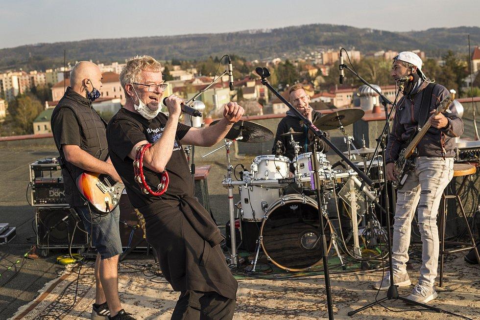 Loňský koncert ze střechy valmezského hotelu Apollo.