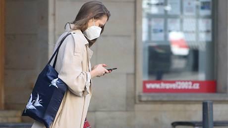 Pálení, řezání, pocit tlaku, občas i mírné bolesti hlavy? Na vině mohou být i špatně nasazené respirátory.