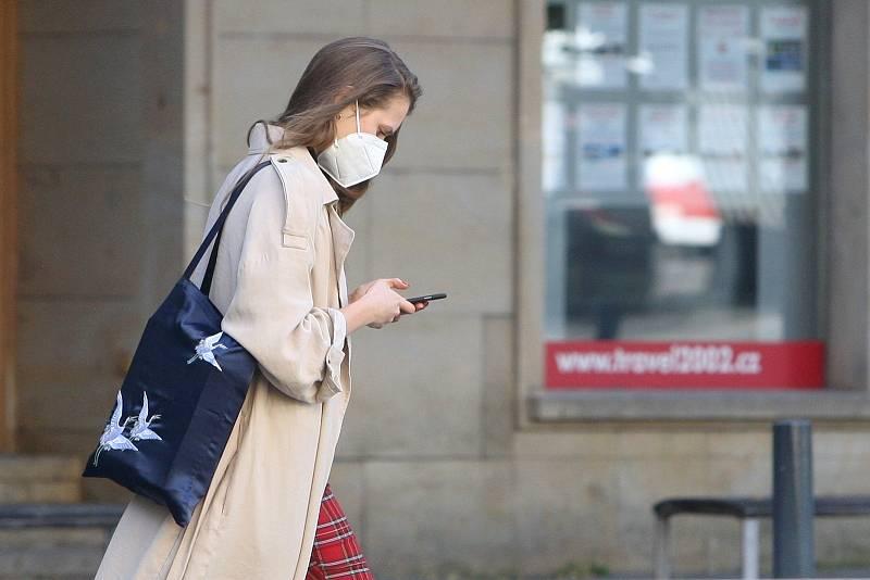 Brno v době opatření proti koronaviru - Moravské náměstí. Od dnešního dne musí lidé povinně nosit respirátory nebo dvě chirurgické roušky na sobě.