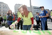 Stavbou tradiční májky zahájili studenti brněnských univerzit majálesové oslavy.