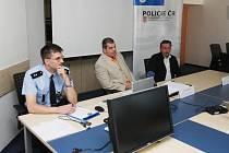 Tisková konference k případu uloupených LCD monitorů.