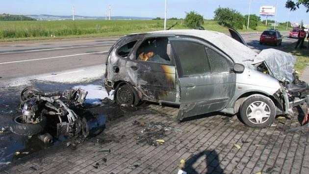Pětadvacetiletý řidič auta nedal přednost a srazil v pátek o půl sedmé ráno motorkáře. Taková je pravděpodobná příčina nehody, při které zemřel sedmapadesátiletý motocyklista.