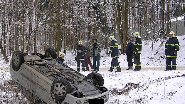 Nehoda se stala nedaleko jeskyně Výpustek poblíž Křtin na Blanensku.