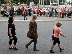 Na účastníky Pouti smíření čekala v Brně skupina odpůrců, která smíření s Němci nepodporuje.