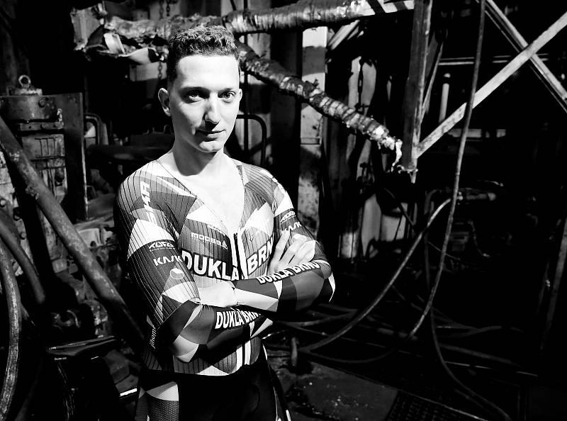 Dráhoví cyklisté brněnské Dukly (na snímku Robin Wagner) při oficiálním focení v ostravské hutnické továrně.