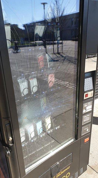 Rozbitý rouškomat před budovou radnice v brněnských Bohunicích.