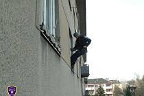 Strážníci se slanili ke zraněné ženě oknem