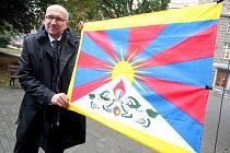 Rektor Masarykovy Univerzity Mikuláš Bek za pět minut dvanáct vyvěsil tibetskou vlajku.