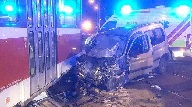 Dopravní nehoda osobního auta a tramvaje v Brně. Při srážce tramvaj vykolejila.