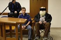 Obžalovaný u soudu (vpravo)