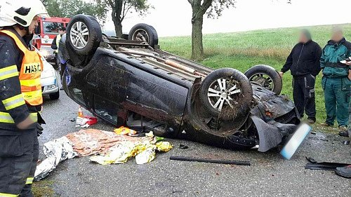 Řidič se převrátil s autem na střechu.