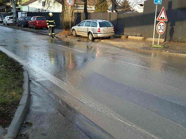 Vodovod praskl pod osobním autem vHorních Heršpicích.