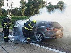 Požár osobního auta zkomplikoval ve čtvrtek před osmou hodinou večer provoz na dálnici D2. K hořícímu vozu vyjeli na 7,5 kilometr dálnice ve směru na Bratislavu policisté i hasiči.
