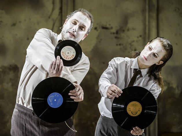 Spolupráce autorsko-režijního tandemu Dora Viceníková a Jan Mikulášek v brněnské Redutě vyvrcholila letos začátkem dubna uvedením inscenace Zlatá šedesátá.
