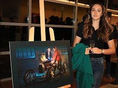 Křest charitativního kalendáře. Královopolské volejbalistky na fotografiích pózují v historických vozech Bugatti.