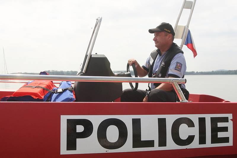 Předání člunu policistům z Obvodního oddělení v Pohořelicích.