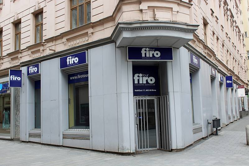 Opuštěná cestovní kancelář na rohu Kobližné a Vachovy ulice v historickém centru Brna, 13. března 2021.