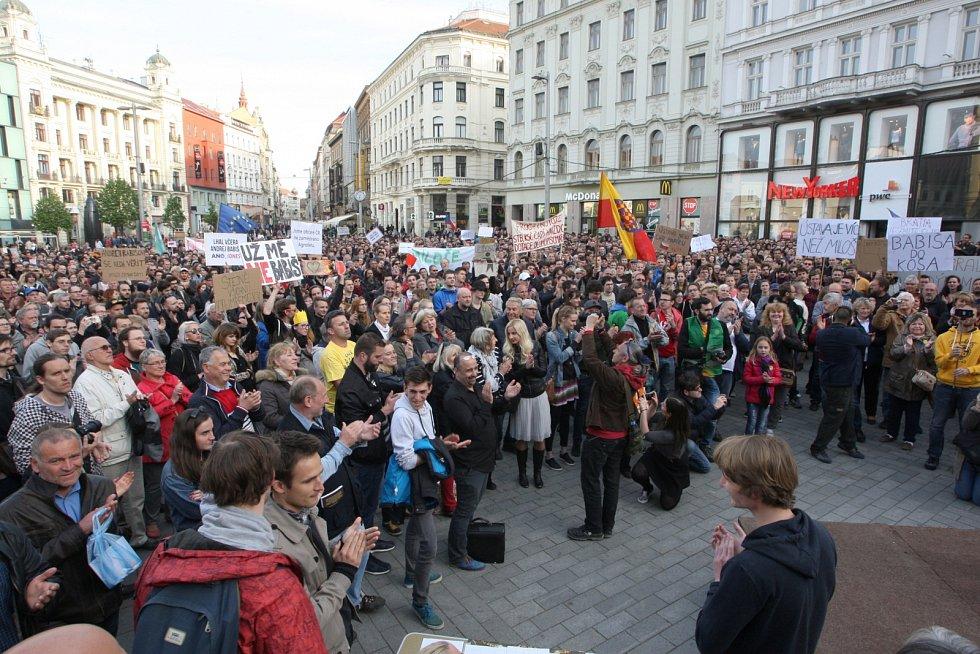 Demonstrace proti Miloši Zemanovi a Andreji Babišovi na brněnském náměstí Svobody a Moravském náměstí.