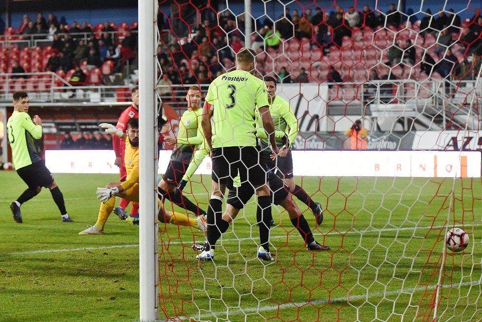Domácí FC Zbrojovka Brno v červeném proti 1. SK Prostějov.