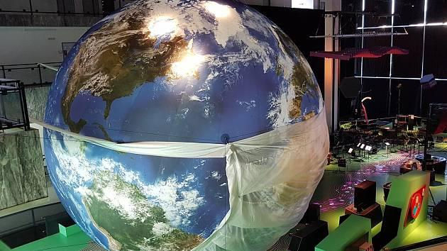 V Brně nafoukli obří model Země. Pokochejte se pohledem jako z vesmíru