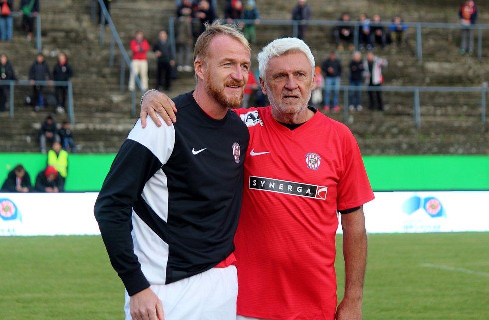 Za Lužánkami se v roce 2019 utkaly legendy Zbrojovky Brno a Sigmy Olomouc. Richard Dostálek se před duelem fotil s Karlem Jarůškem.