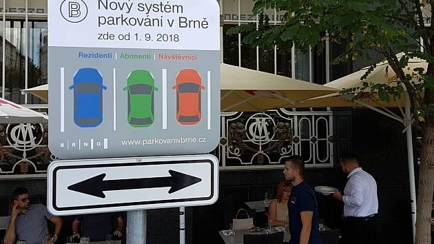 Chystané dopravní značky v nových parkovacích zónách v Brně - Zelný trh.