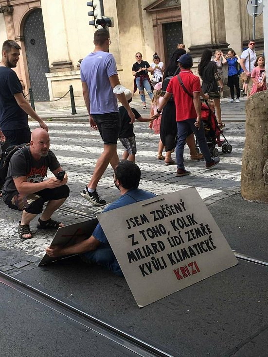 Demonstranti z hnutí Extiction Rebellion upozorňovali na klimatickou krizi.