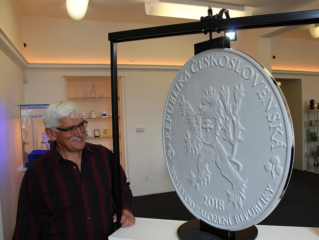 Brněnská mincovna vyrazí největší minci světa, zatím představili model.
