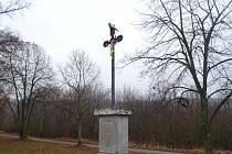 Hrůzná ozdoba na kříži v brněnských Maloměřicích - napíchnutá kozí hlava.