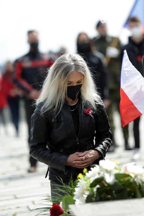 Čeští příznivci motorkářského gangu Noční vlci, který pochází z Ruska, uspořádali pietní akt na brněnském Ústředním hřbitově. K mohyle v části, kde jsou pohřbeni sovětští a rumunští vojáci, kteří padli v bojích o Brno.