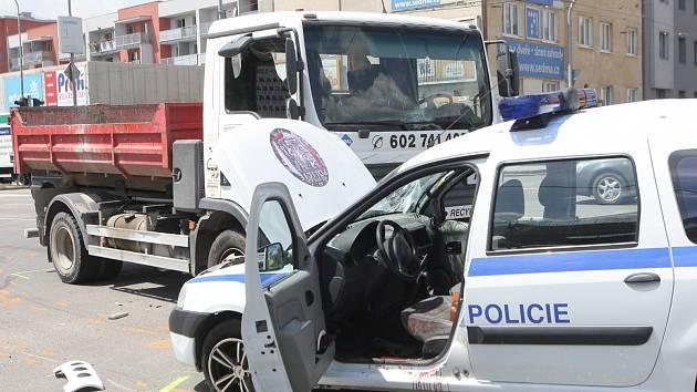Nehoda  auta strážníků ze Slavkova u Brna s nákladním autem v Tržní ulici.