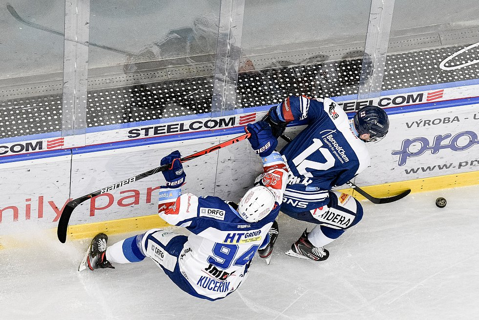 Utkání předkola play off hokejové extraligy - 5. zápas: HC Vítkovice Ridera - HC Kometa Brno, 16. března 2021 v Ostravě. (zleva) Radek Kučeřík z Brna a Petr Fridrich z Vítkovic.
